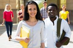 Gruppe verschiedene Studenten draußen lizenzfreie stockbilder