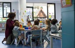 Gruppe verschiedene Studenten am Kindertagesstätte lizenzfreie stockfotografie