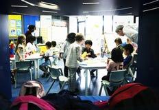 Gruppe verschiedene Studenten am Kindertagesstätte lizenzfreies stockbild