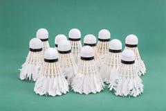 Gruppe verwendeter und getragener heraus Badmintonfederball auf grünem cour Lizenzfreie Stockfotos