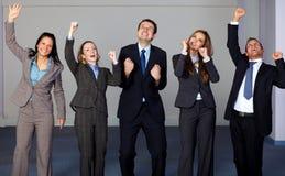 Gruppe von 5 glücklichen jungen Geschäftsleuten Stockbild