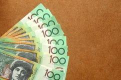 Gruppe von 100 australischen Anmerkungen des Dollars über hölzernen Hintergrund Stockbild