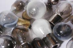 Gruppe von brennen Glühlampen aus. Stockfotos