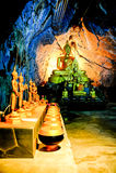 Gruppe von Buddha-Bild in der Höhle Stockfotos