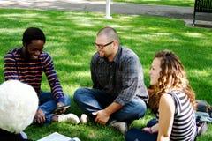 Gruppe von den Studenten und von Tutor, die sich entspannen Lizenzfreies Stockbild