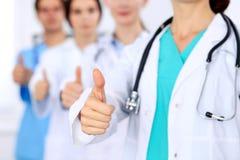 Gruppe von Doktoren, die O.K. darstellen oder von Zustimmungszeichen mit dem Daumen oben Hohe Stufe und ärztliche Bemühung der Qu Stockfotos