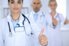 Gruppe von Doktoren, die O.K. darstellen oder von Zustimmungszeichen mit dem Daumen oben Hohe Stufe und ärztliche Bemühung der Qu Lizenzfreies Stockfoto
