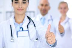 Gruppe von Doktoren, die O.K. darstellen oder von Zustimmungszeichen mit dem Daumen oben Hohe Stufe und ärztliche Bemühung der Qu Stockbild