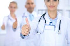 Gruppe von Doktoren, die O.K. darstellen oder von Zustimmungszeichen mit dem Daumen oben Hohe Stufe und ärztliche Bemühung der Qu Stockfotografie