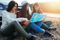 Gruppe von drei jungen Frauen, die zusammen reisen lizenzfreies stockbild