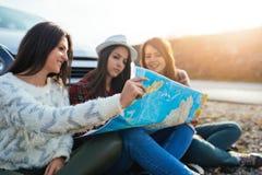 Gruppe von drei jungen Frauen, die zusammen reisen stockfotografie