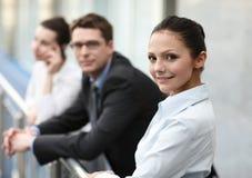 Gruppe von drei Personen, die Büro sprechen Stockfotografie