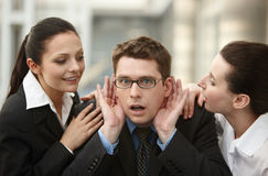 Gruppe von drei Personen plaudern Flur im Büro stockfotografie