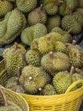 Gruppe von Durian und von Korb im Markt von Bangkok, Thailand Stockbilder