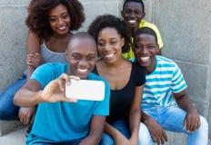Gruppe von fünf Afroamerikanermännern und -frau, die selfie nehmen Stockbilder