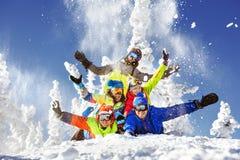 Gruppe von fünf glücklichen Snowboardern und von Skifahrern Stockfotos