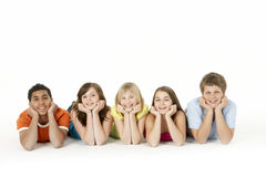 Gruppe von fünf jungen Kindern im Studio lizenzfreies stockfoto