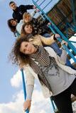 Gruppe von fünf jungen Leuten auf den Treppen Lizenzfreie Stockfotos