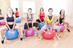 Gruppe von fünf kaukasischen weiblichen Athleten, die Übungen mit Fitballs haben lizenzfreie stockfotografie