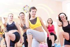 Gruppe von fünf kaukasischen weiblichen Athleten, die das Ausdehnen von Übungen in der Turnhalle haben lizenzfreie stockbilder
