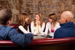 Gruppe von fünf Leuten, die Spaß haben Stockfotos