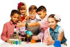 Genuss im Chemieunterricht Stockfotos