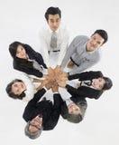 Gruppe von 7 Geschäftsleuten, die zusammen stehen und berühren ihr Han stockbilder