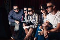 Gruppe von Jugend neuen Film aufpassend lizenzfreie stockbilder