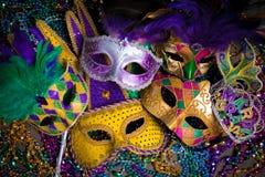 Gruppe von Mardi Gras Mask auf dunklem Hintergrund mit Perlen Lizenzfreies Stockbild