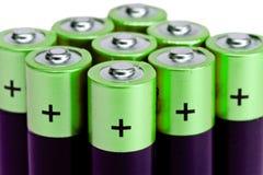 Gruppe von neun grünen Finger-artigen Batterien der AA-Größe auf einem weißen Hintergrund Lizenzfreies Stockbild