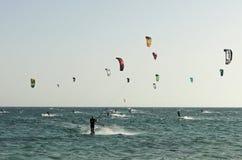 Gruppe von Personen übendes kitesurf Lizenzfreie Stockbilder