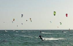 Gruppe von Personen übendes kitesurf Stockfoto