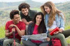 Gruppe von Personen auf Camping-Ausflug Stockbilder
