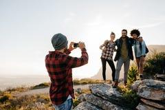 Gruppe von Personen auf dem Wandern von nehmenden Fotografien lizenzfreie stockfotografie