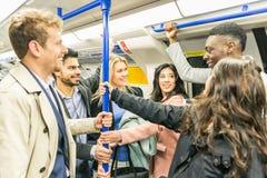 Gruppe von Personen auf Rohrzug in London stockfotografie