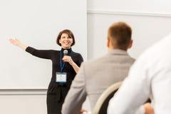 Gruppe von Personen bei der Geschäftskonferenz oder dem Vortrag stockfotografie