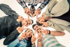 Gruppe von Personen in der Kreisbildung lizenzfreie stockbilder