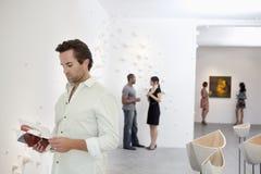 Gruppe von Personen in der Kunstgalerie Lizenzfreie Stockfotos