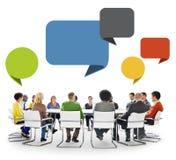 Gruppe von Personen in der Sitzung mit Sprache-Blasen Stockfotografie