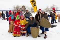 Gruppe von Personen in der Weinlesekleidung während Maslenitsa-Feier Russland stockbild