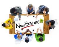 Gruppe von Personen, die über neues Geschäfts-Konzept gedanklich löst Stockfoto