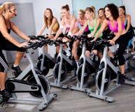 Gruppe von Personen, die Übung auf einem Fahrrad tut Lizenzfreie Stockfotos