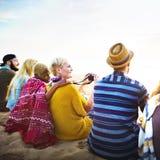 Gruppe von Personen, die auf dem Strand-Konzept sitzt Stockfotografie