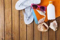 Gruppe von Personen, die auf dem Strand sich entspannt und ein Sonnenbad nimmt Stockbilder