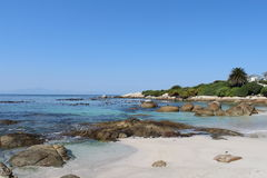 Gruppe von Personen, die auf dem Strand sich entspannt und ein Sonnenbad nimmt Stockfoto