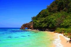 Gruppe von Personen, die auf dem Strand sich entspannt und ein Sonnenbad nimmt Lizenzfreies Stockbild