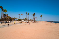 Gruppe von Personen, die auf dem Strand sich entspannt und ein Sonnenbad nimmt Lizenzfreie Stockfotografie