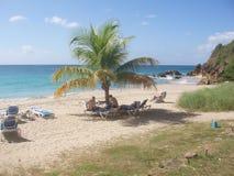 Gruppe von Personen, die auf dem Strand sich entspannt und ein Sonnenbad nimmt stockbild