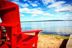 Gruppe von Personen, die auf dem Strand sich entspannt und ein Sonnenbad nimmt Lizenzfreie Stockfotos