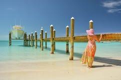 Gruppe von Personen, die auf dem Strand sich entspannt und ein Sonnenbad nimmt Exuma, Bahamas Stockbilder